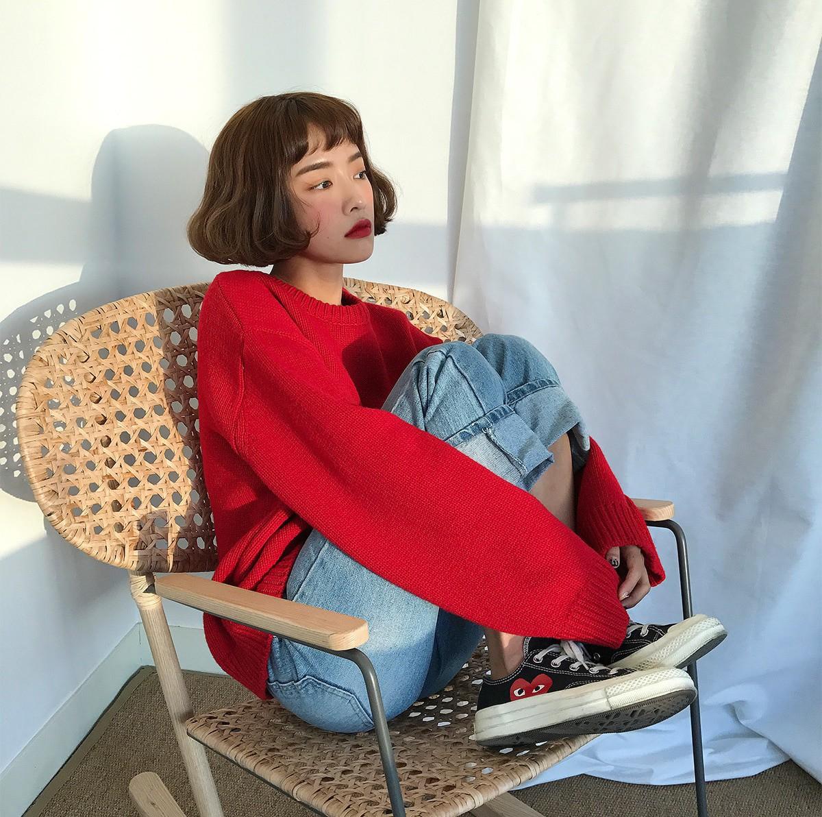 Áo len đỏ + quần jeans xanh + sneaker