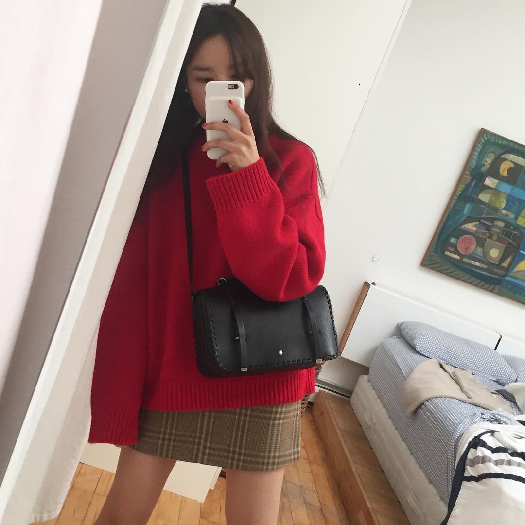 Áo len đỏ + chân váy kẻ + boots