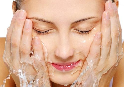 Làm sạch da mặt là bước quan trọng giúp loại bỏ bụi bẩn
