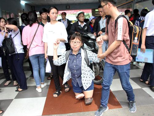 Nữ sinh bị teo chân ở TP HCM ước mơ làm cô giáo