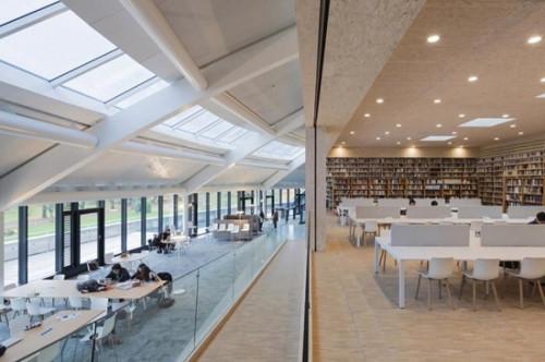 Thư viện hiện đại phục vụ việc học tập trong trường.