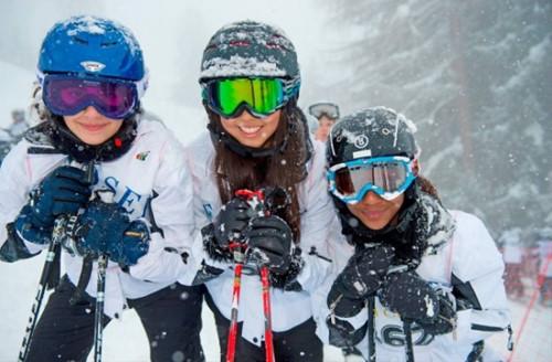 Mùa đông học sinh trong trường được học nhiều môn học thú vị như trượt tuyết, trượt patin.