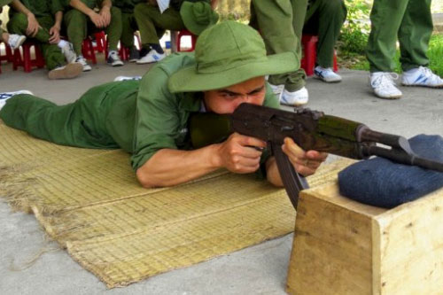 Sinh viên Y dược Pasteur đang tập luyện bắn súng AK