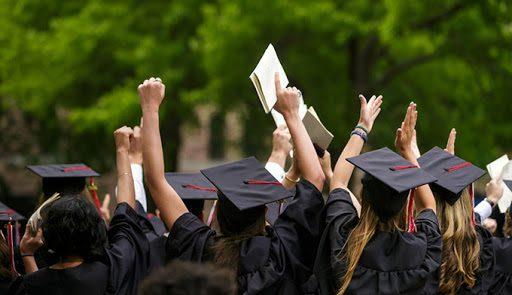 Áp lực tốt nghiệp đúng thời hạn và tìm được công việc đúng chuyên ngành