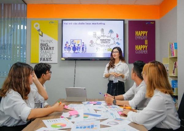 <center><em>Nhóm ngành Kinh doanh & Quản lý đứng đầu về số lượng nguyện vọng xét tuyển</em></center>