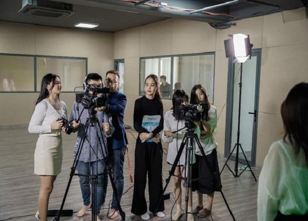 <center><em>Các Truyền thông đa phương tiện, Quan hệ công chúng,... được xem là ngành hợp xu hướng truyền thông hiện đại</em></center>
