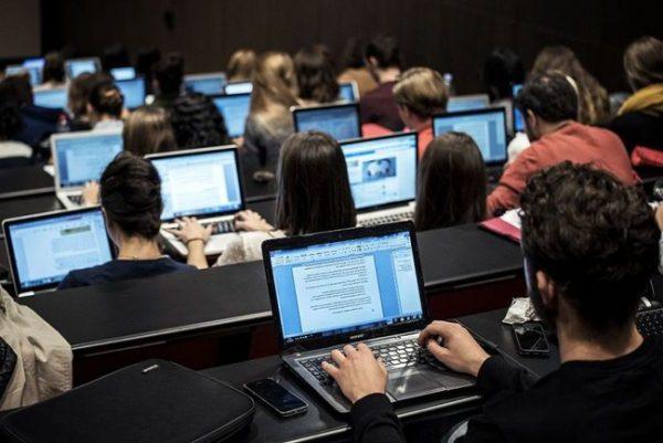 Laptop là một vật dụng học tập không thể thiếu đối với sinh viên