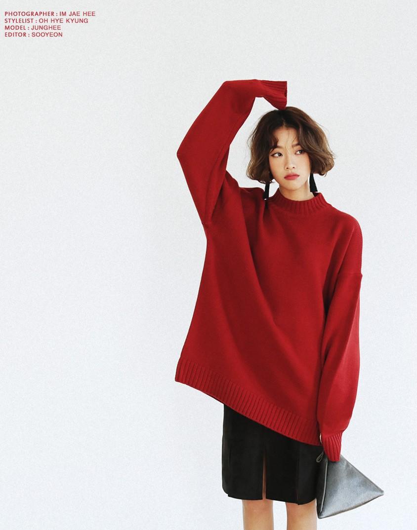 Áo len đỏ + chân váy da lộn + túi ánh kim