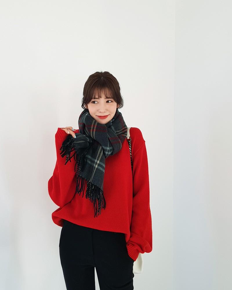 Áo len đỏ + khăn kẻ to bản