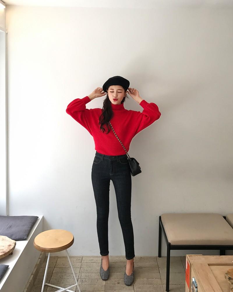 Áo len đỏ + quần skinny + mũ nồi + giày búp bê kẻ sọc